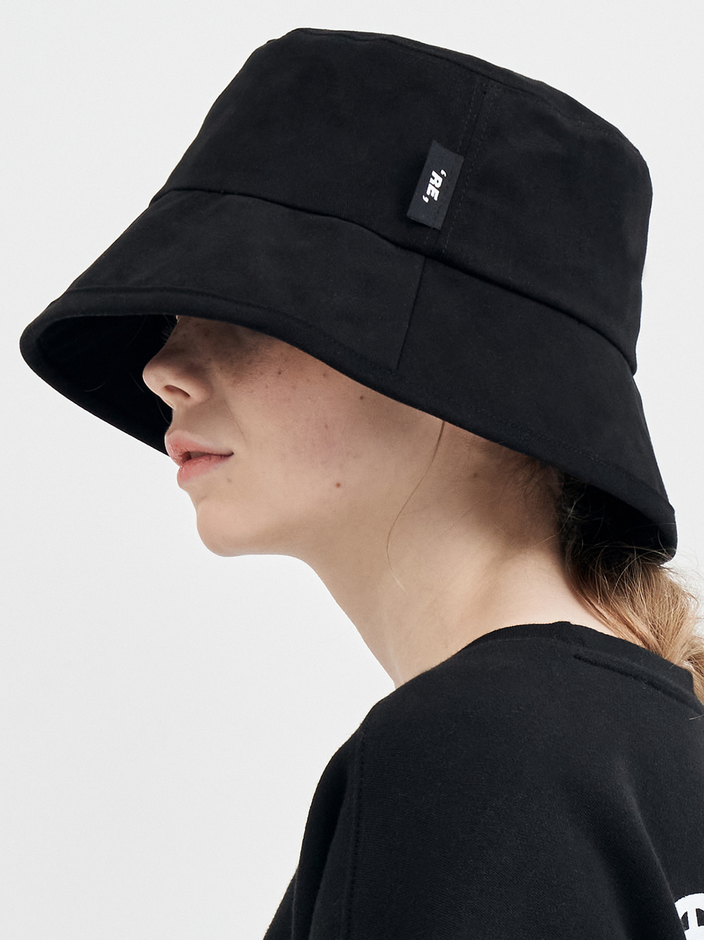 RE label bucket hat (black)